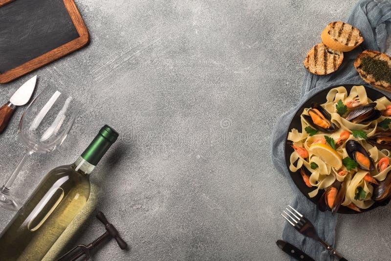 Pasta med havs- och vitt vin på stentabellen Musslor och räkor Top beskådar royaltyfria bilder