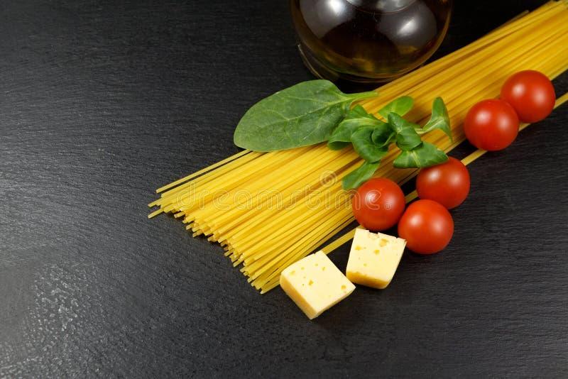 Pasta med ingrediensförberedelsen arkivfoton