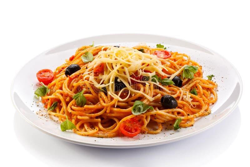 Pasta med kött, tomatsås, parmesan och grönsaker fotografering för bildbyråer