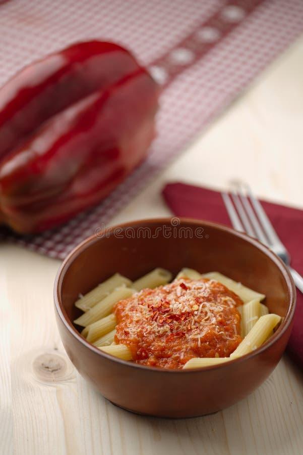 Pasta med kräm-, parmesan-, tomat- och chilipeppar för röd peppar royaltyfria foton