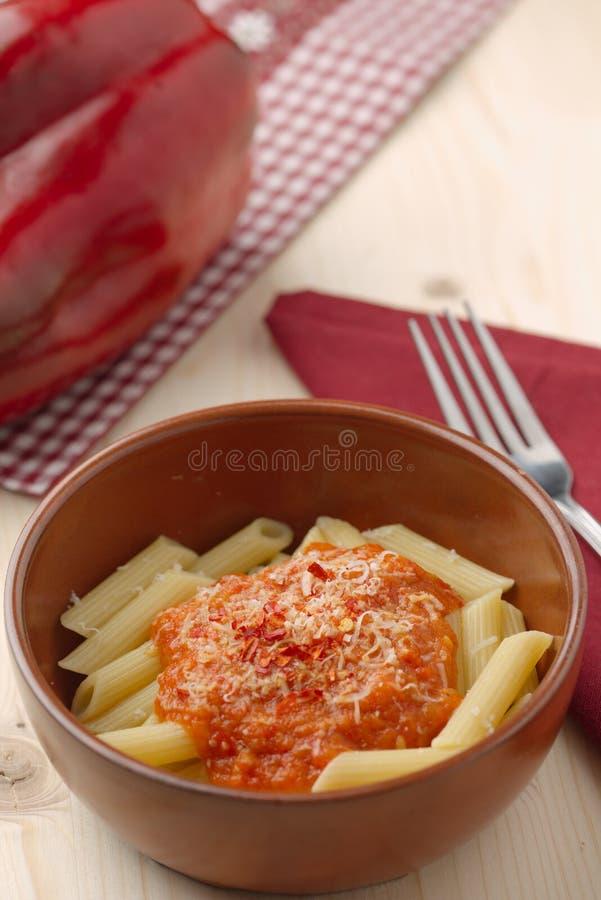 Pasta med kräm-, parmesan-, tomat- och chilipeppar för röd peppar arkivbild