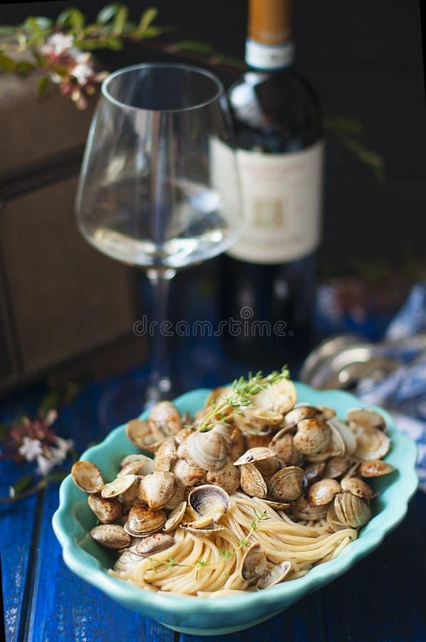 Pasta med litet snäckskal och rött vin Italiensk traditionell kokkonst, skaldjur för matställe kopiera avstånd royaltyfria foton