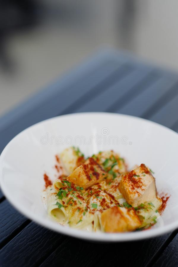 Pasta med mannagryn i en vit platta på tabellen royaltyfria foton