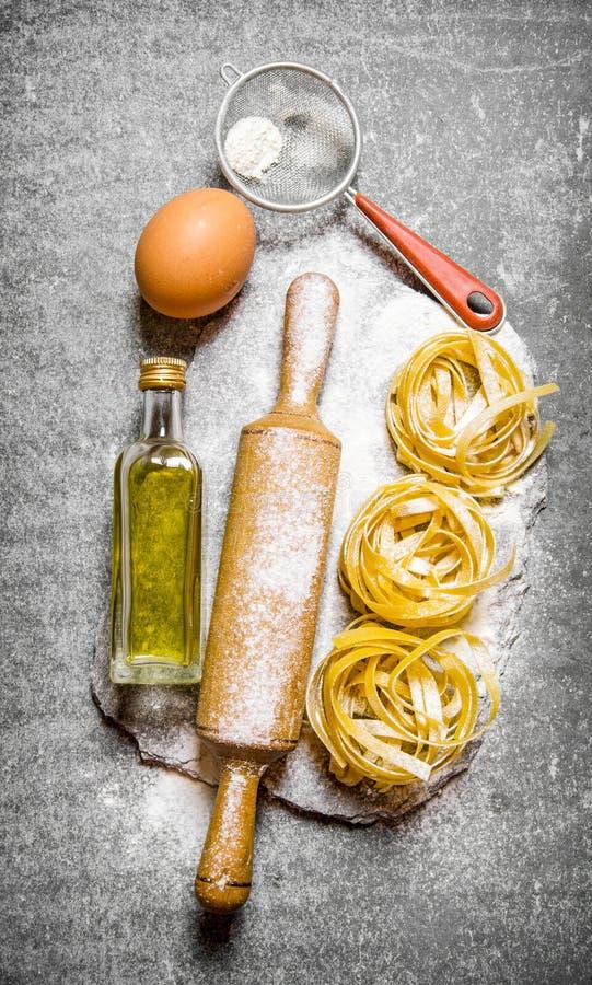 Pasta med olivolja, sikt, kavel arkivfoto