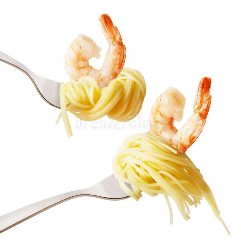 Pasta med räka på en gaffel arkivfoton