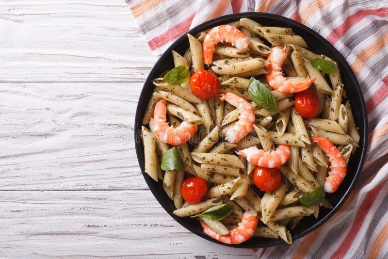 Pasta med räka-, tomat- och pestosås horisontalbästa sikt royaltyfri foto