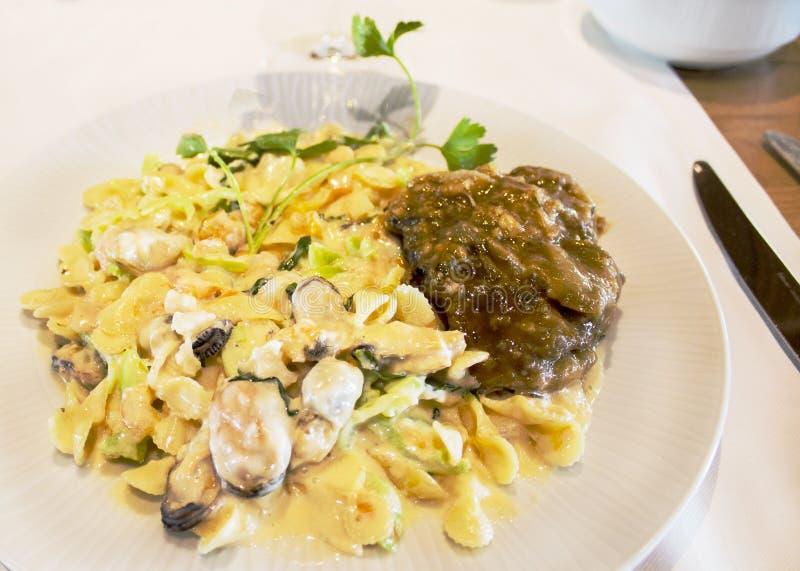 Pasta med räkor och musslor under Neapolitan sås med kött fotografering för bildbyråer