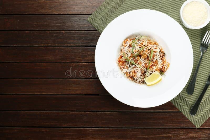 Pasta med skaldjur- och parmesanost finns på en träbakgrund royaltyfria foton