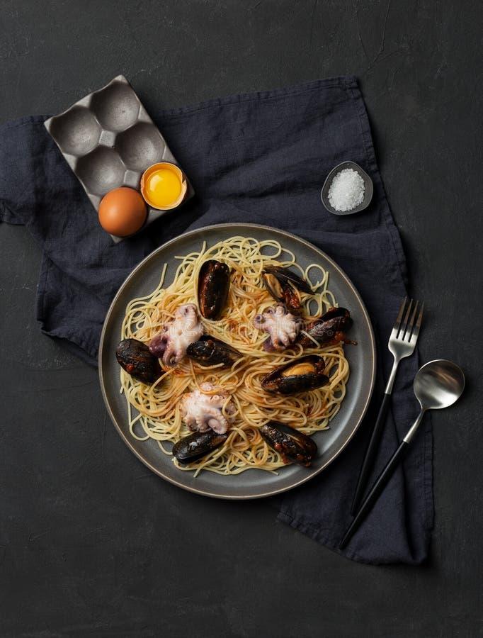 Pasta med skaldjur på mörk bakgrund royaltyfria bilder