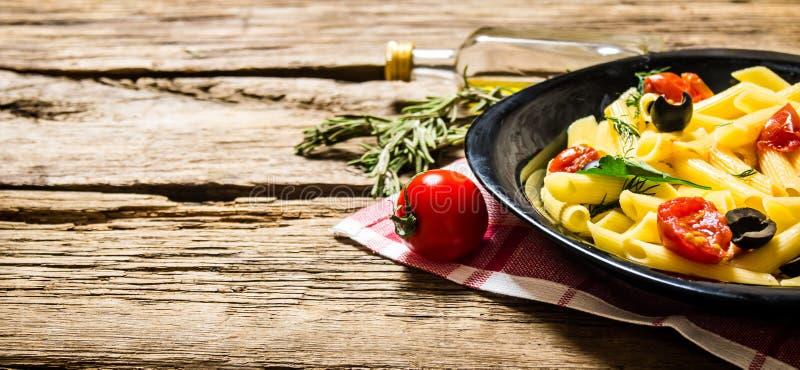 Pasta med tomater, oliv och örter arkivfoton