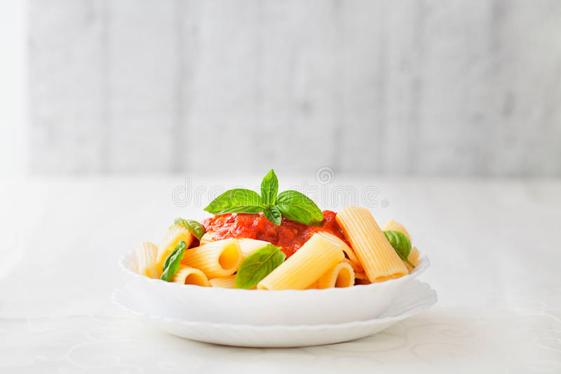 Pasta med tomatsås fotografering för bildbyråer