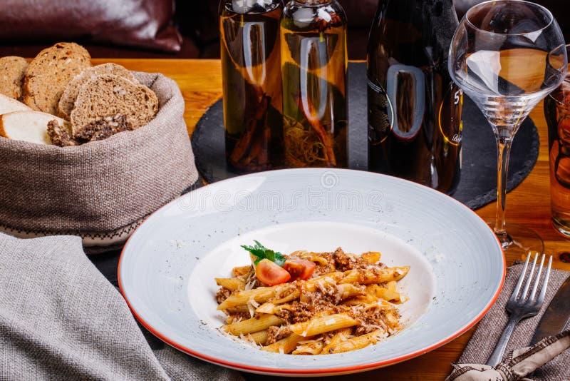 Pasta nautically med köttfärs på den wood tabellen royaltyfria foton
