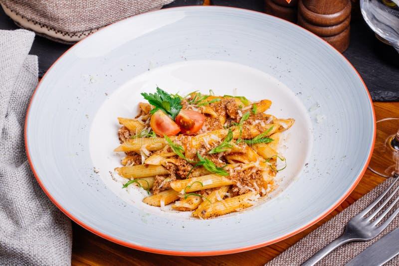 Pasta nautically med köttfärs på den wood tabellen arkivfoton
