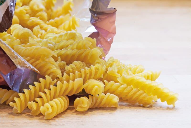 Pasta nella caduta a spirale di forma da una borsa immagini stock