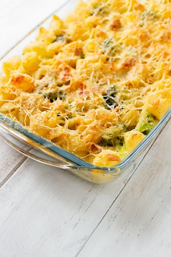 Pasta och broccolieldfast form i den glass ugnsmaträtten arkivfoto