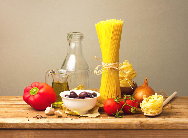 Download Pasta och grönsaker fotografering för bildbyråer. Bild av lök - 27275451