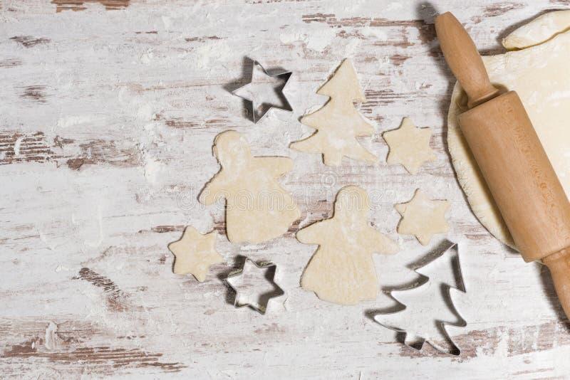 pasta para las galletas de la Navidad que cuecen en la tabla de madera, visión superior imagenes de archivo