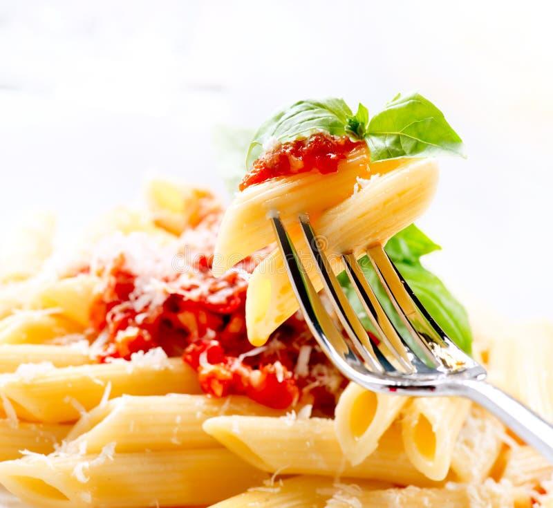 Pasta Penne con salsa bolognese immagine stock libera da diritti