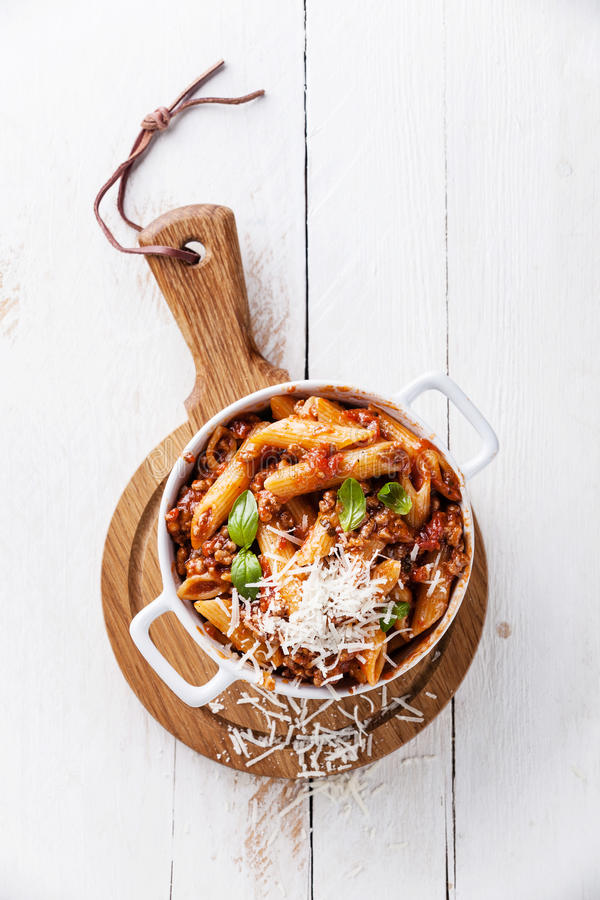 Pasta Penne con salsa bolognese fotografie stock