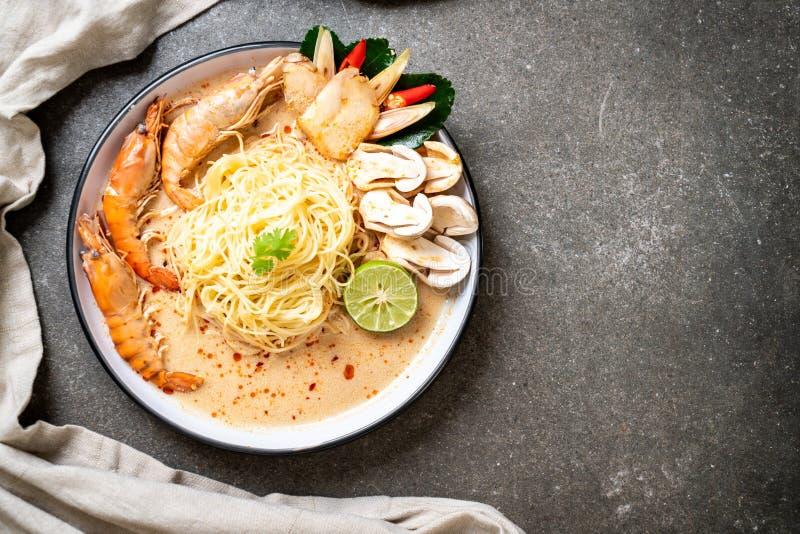 pasta piccante degli spaghetti dei gamberetti (Tom Yum Goong immagini stock libere da diritti