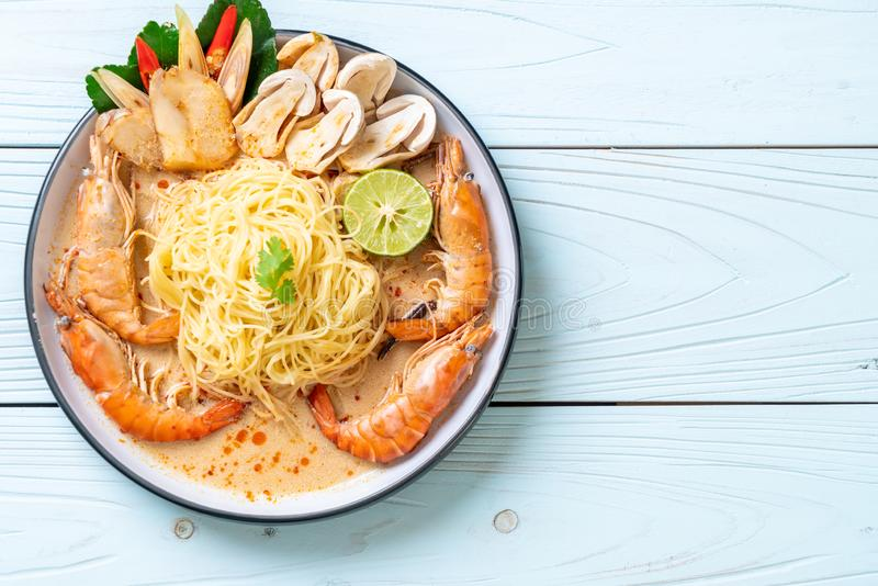 pasta piccante degli spaghetti dei gamberetti (Tom Yum Goong fotografie stock
