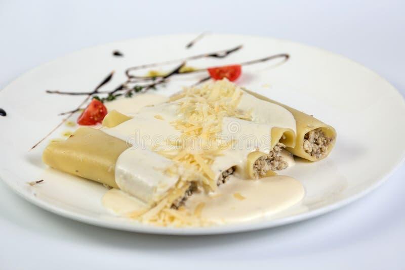 Pasta riempita carne deliziosa su un piatto fotografie stock