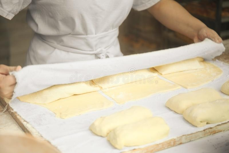 Pasta rodante del cocinero profesional en la cocina Panadería comercial imagenes de archivo