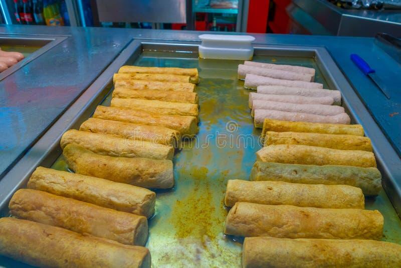 Pasta rotolata fritta deliziosa, varia su un ferro del metallo grigliato immagini stock