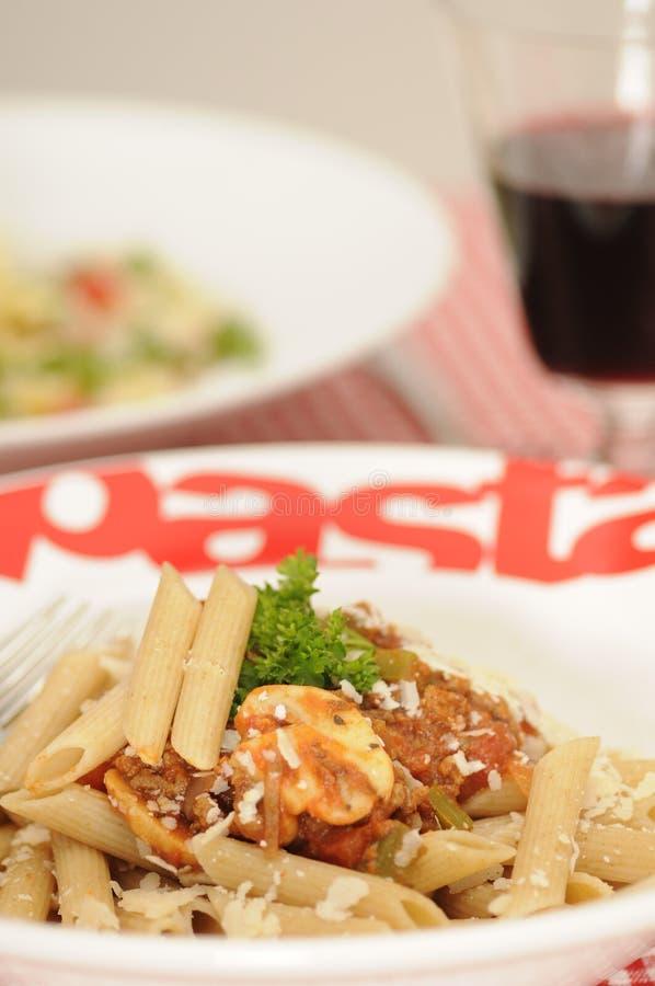 Pasta sana bolognese ed insalata di pasta fotografia stock