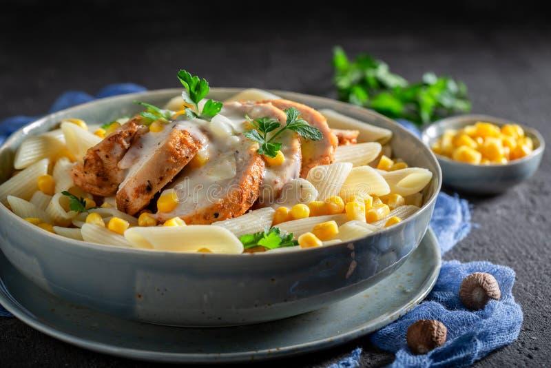 Pasta saporita con salsa besciamella, il pollo ed il cereale immagini stock libere da diritti