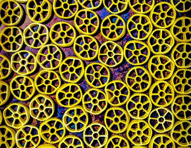 Pasta secca della ruota di vagone su un fondo multicolore immagine stock libera da diritti