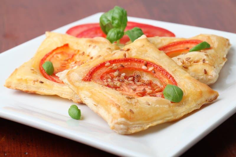 Pasta sfoglia con formaggio ed i pomodori immagine stock libera da diritti