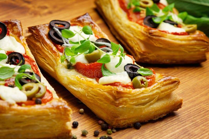 Pasta sfoglia con i pomodori e la mozzarella fotografia stock
