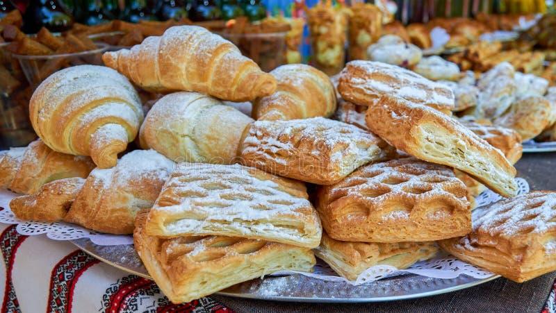 Pasta sfoglia con il riempimento ed i croissant fotografia stock