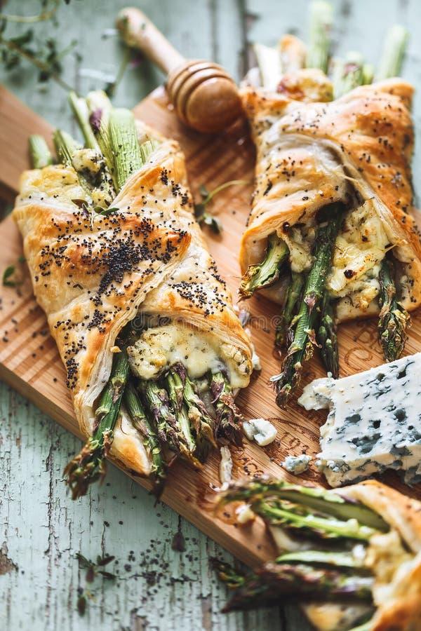 Pasta sfoglia del formaggio e dell'asparago immagine stock libera da diritti