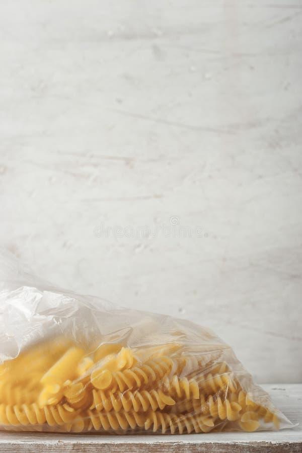 Pasta sul verticale del pacchetto del cellofan immagini stock libere da diritti
