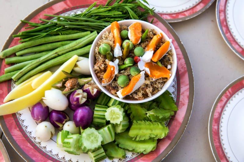 Pasta tailandesa do pimentão, NAM PRIK LUNG REI na bandeja, alimento do bufete para o alimento asiático quente do convidado do ca imagens de stock
