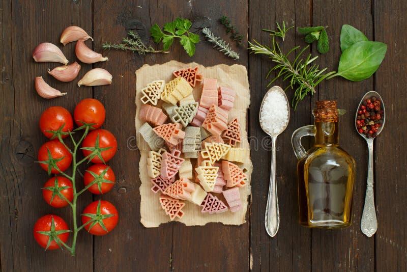 Pasta tricolore, verdure ed erbe fotografia stock libera da diritti