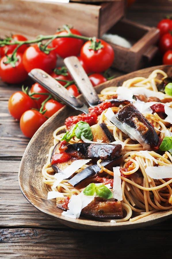 Pasta vegetariana tradizionale italiana con melanzana fotografia stock libera da diritti