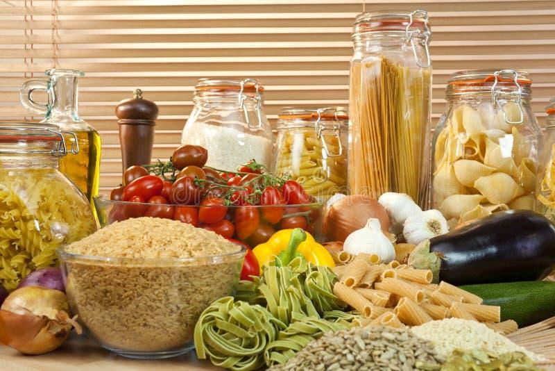 Pasta, verdure, riso, granulo & olio di oliva sani fotografia stock libera da diritti