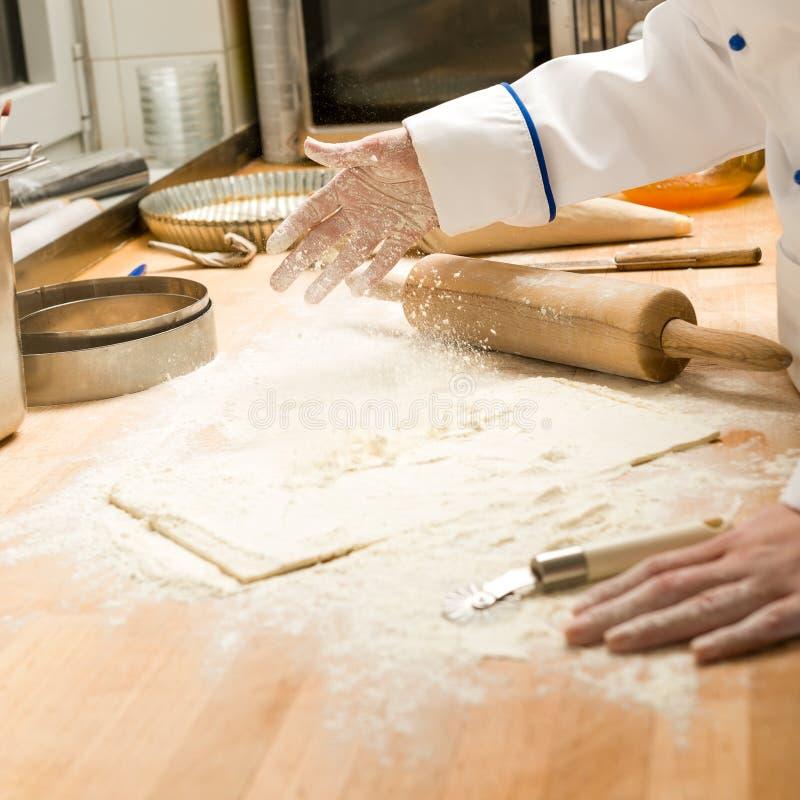 Pasta y rodillo de colada de la harina del cocinero imagenes de archivo