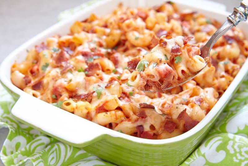 Pastaeldfast form med bacon, skinka, ost och tomaten royaltyfria foton