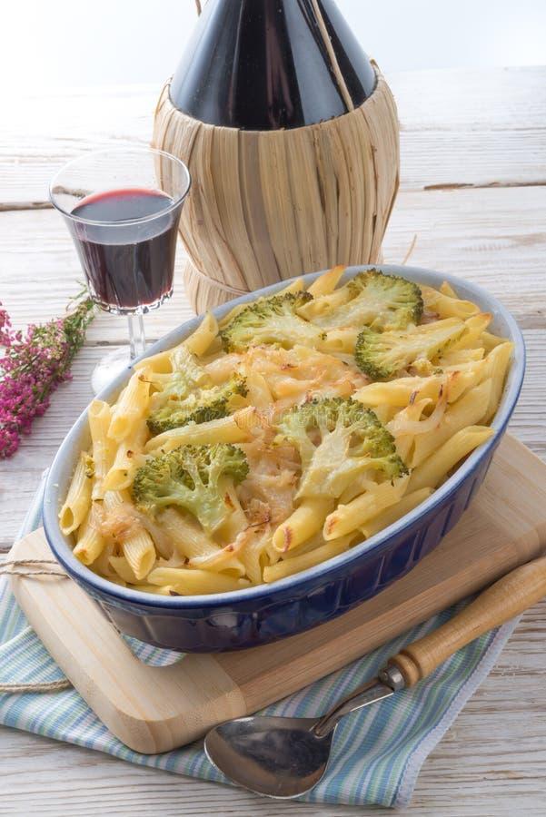 Pastaeldfast form med grönsaker fotografering för bildbyråer