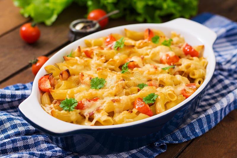 Pastaeldfast form, tomat, bacon royaltyfria bilder