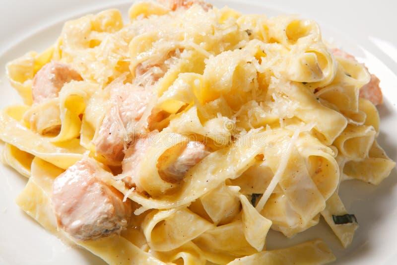 Pastafettuccine alfredo med höna, parmesan och persilja på den vita plattan lyx för livsstil för utmärkt mat för carpacciokokkons fotografering för bildbyråer