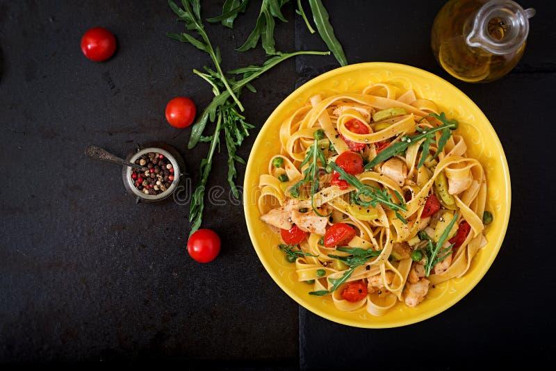 PastaFettuccine med den tomat-, zucchini- och hönafilén royaltyfri foto