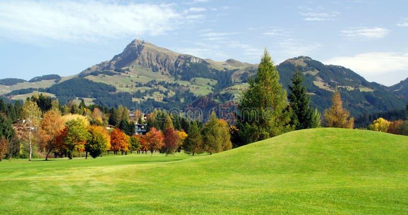 Pastagem e montanhas verdes em Kitzbuhel - Austr foto de stock royalty free