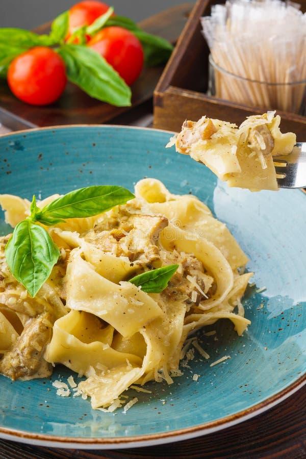 Pastapappardelle med blandade lösa champinjoner, parmesan och basilika royaltyfria foton