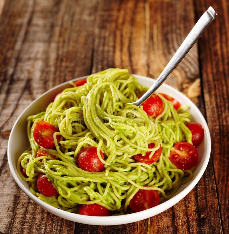 Pastarecept med avokadot och tomater arkivbilder