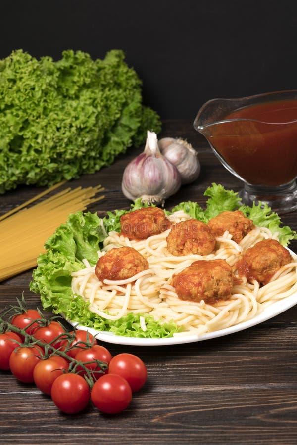Pastas boloñesas de los espaguetis con la salsa de tomate, las verduras y la carne picadita - pastas italianas sanas hechas en ca imagen de archivo libre de regalías